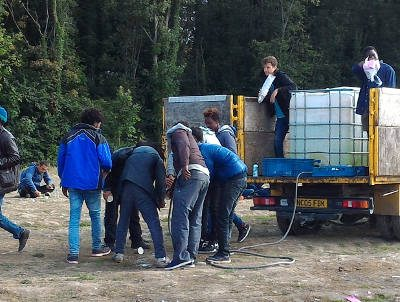 Calais refugees get water from volunteers