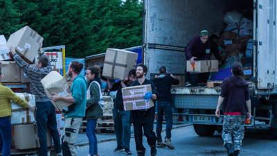 Des volontaires de Calais déchargent une camionnette